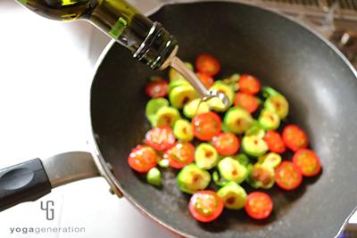 フライパンにトマトを加える