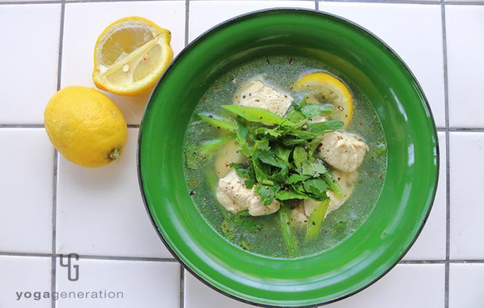緑の器に入ったセロリと鶏肉のガーリック・レモン・スープ