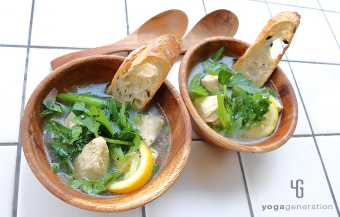 木の器に入ったセロリと鶏肉のガーリック・レモン・スープ