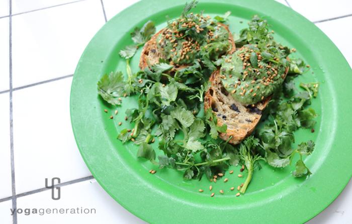 緑の皿に盛り付けたパクチーとお豆腐のグリーンディップ
