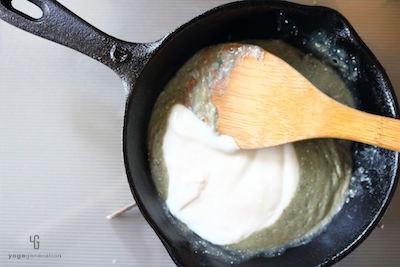 鍋のブルーチーズにヨーグルトを加える