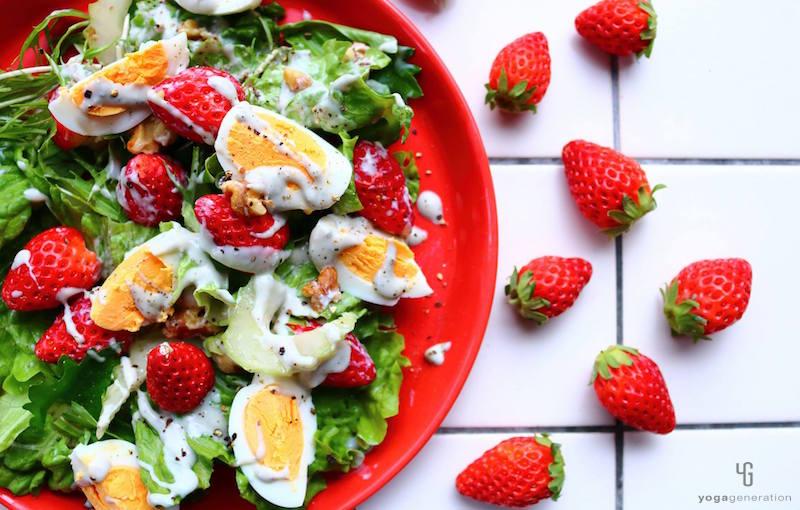赤い皿に乗ったいちごのサラダ