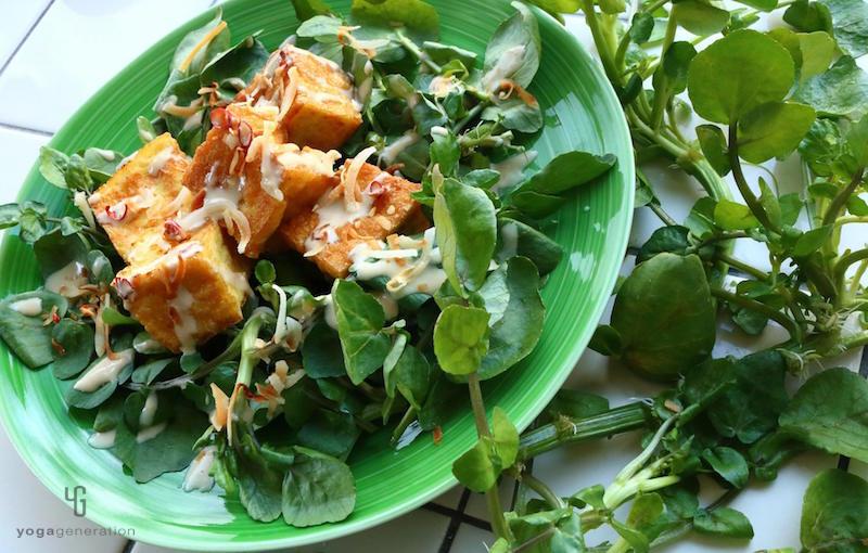 緑の皿に乗ったクレソンと厚揚げのサラダ