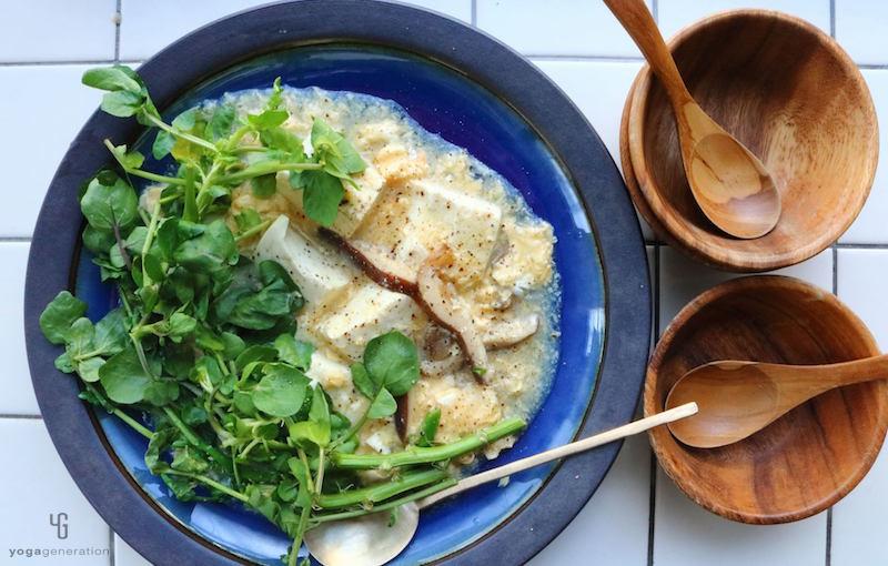 青い器に入ったクレソンとお豆腐のたまごスープ