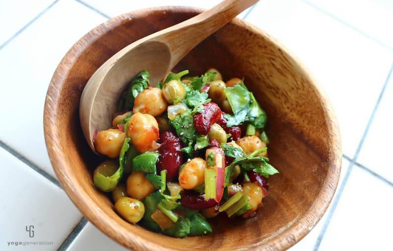 木の器にパクチーと豆のサラダ