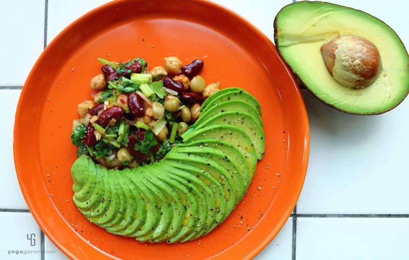 赤い皿に乗ったアボカドと豆のサラダ
