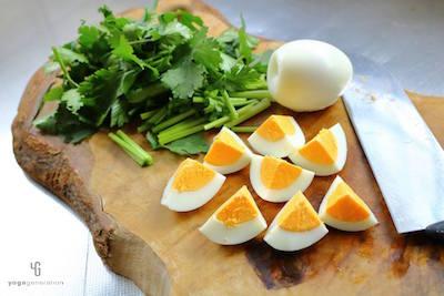 ざく切りのパクチーと4等分にしたゆで卵