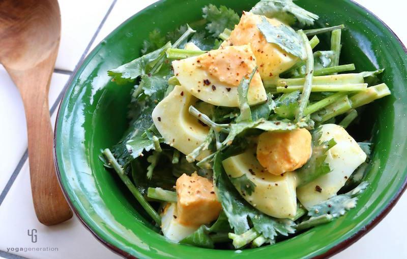 緑の器に入ったパクチーとゆで卵のサラダ