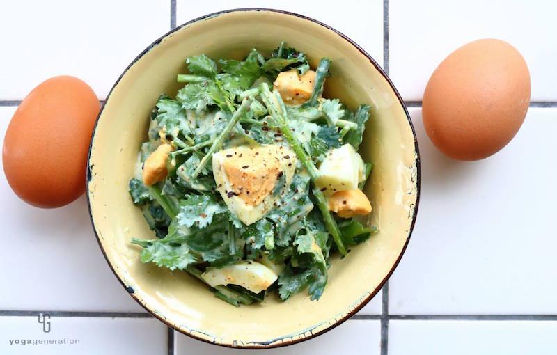 クリーム色の器に入ったパクチーとゆで卵のサラダ