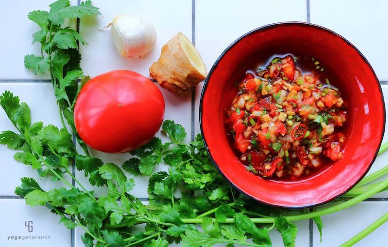 トマトと赤い器にトマトソース
