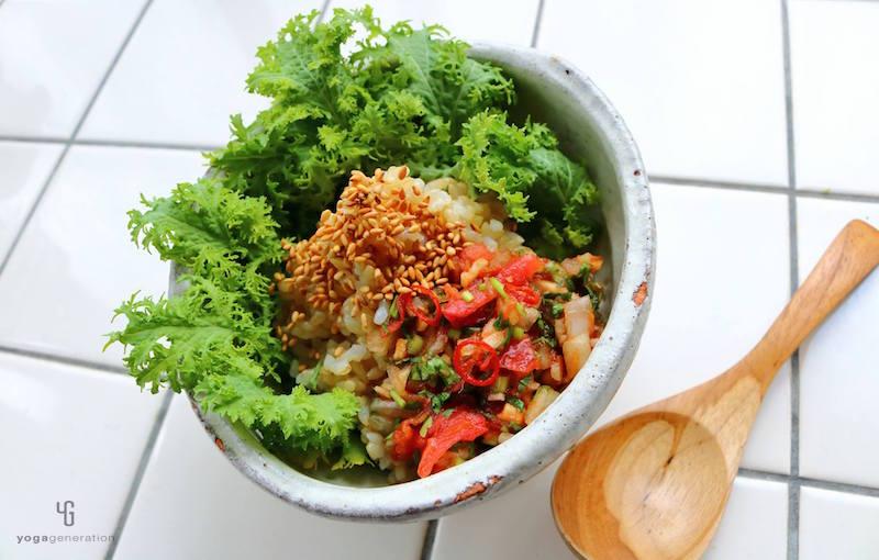 白い器にサラダと玄米とトマトソース