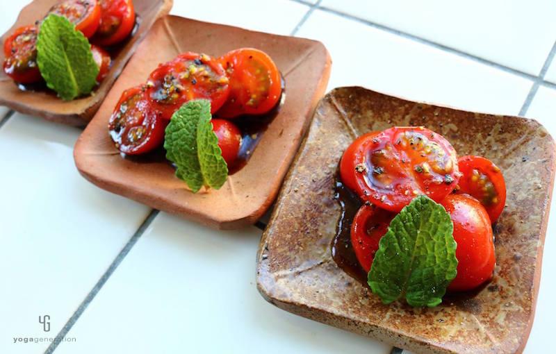 四角い小皿にトマトのマリネ