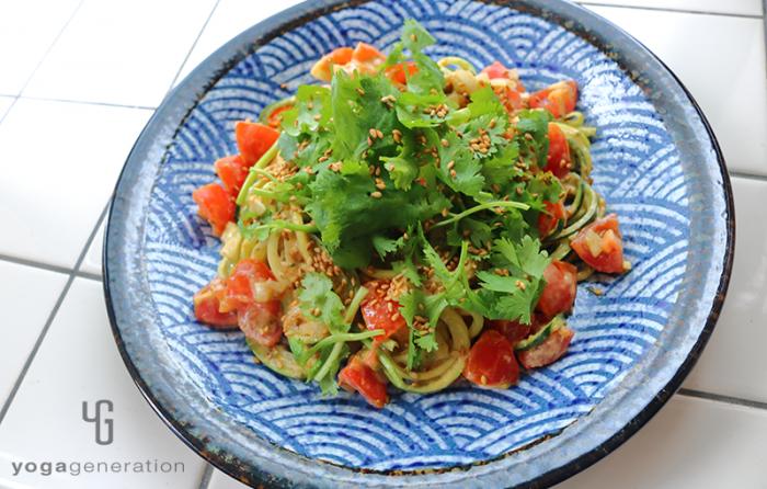 波模様の皿に盛り付けた・ヌードルでレッドカレー・サラダ