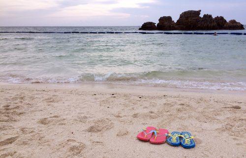 沖縄のアラハビーチでふたつのビーチサンダル