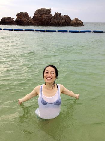 Mahokoが沖縄のビーチで楽しんでいるところ