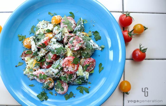 青いお皿に盛り付けたキュウリとトマトのクリーミィ柚子胡椒サラダ