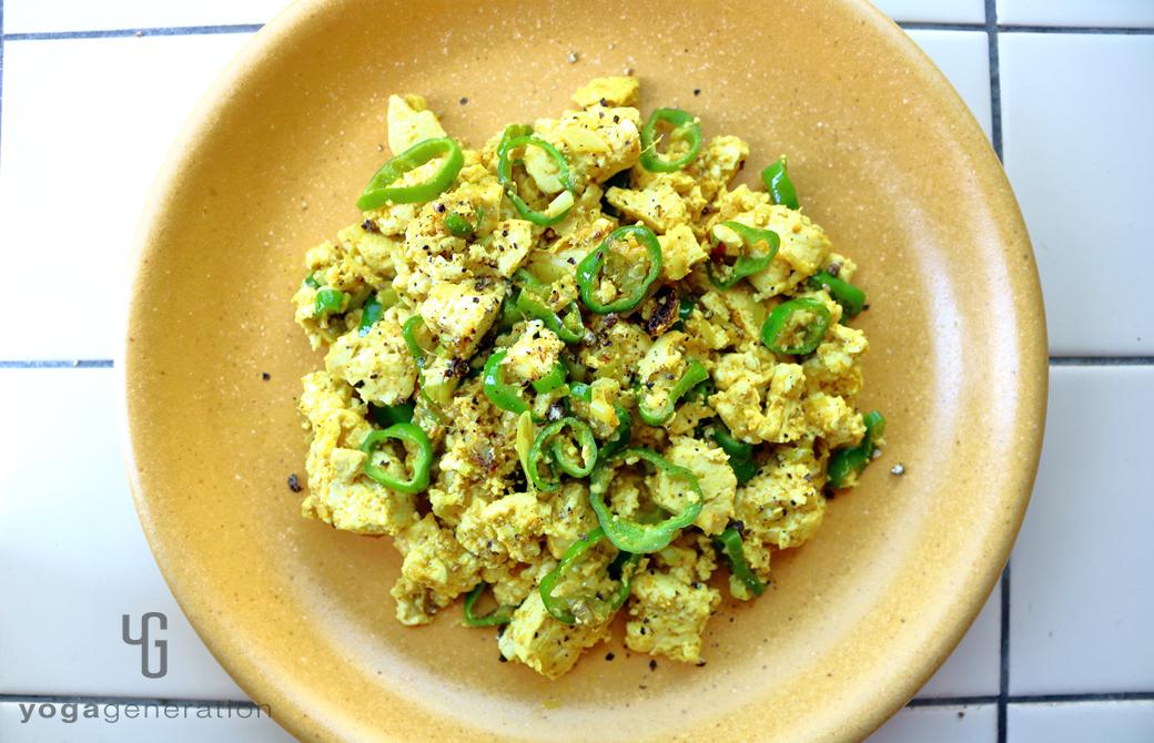 黄色い皿に盛りつけたターメリック・スクランブル豆腐