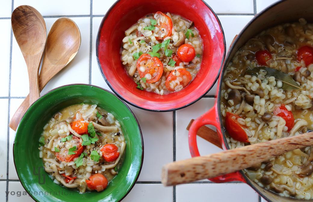 イタリアンカラーの皿に盛りつけた押し麦のイタリアン味噌粥