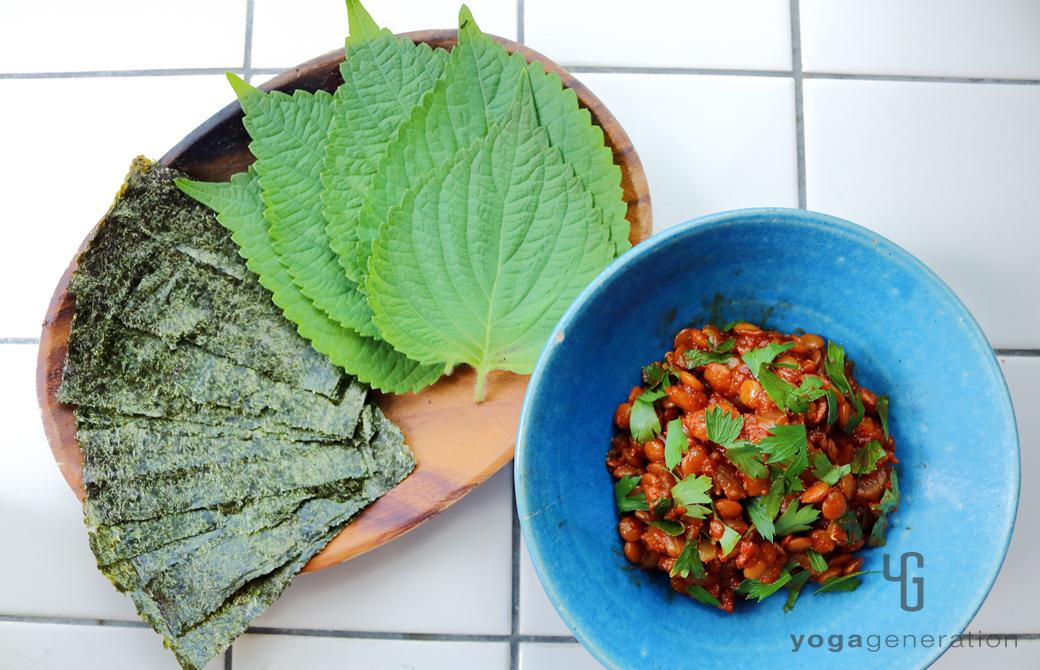 海苔や大葉を添えた豆味噌でお豆トマト煮込み