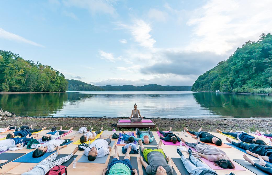 松本莉緒さんによる野尻湖ホテルエルボスコでのサンセットヨガ
