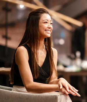 松本莉緒さんがホテルエルボスコリトリートの懇親会で微笑んでいる