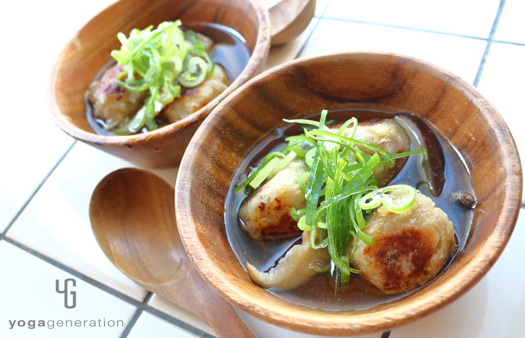 木製の器に盛りつけたおからレンコン団子で滋味スープ