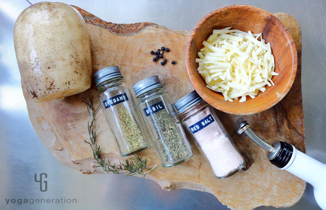 木製カットボードの上のレンコンやチーズなどの材料