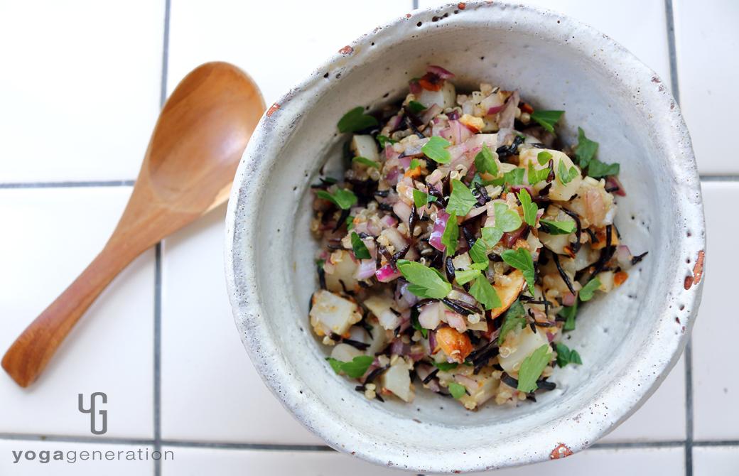 白い器に盛りつけたレンコンとキヌア、ヒジキのスパイシー・スーパーフードサラダ
