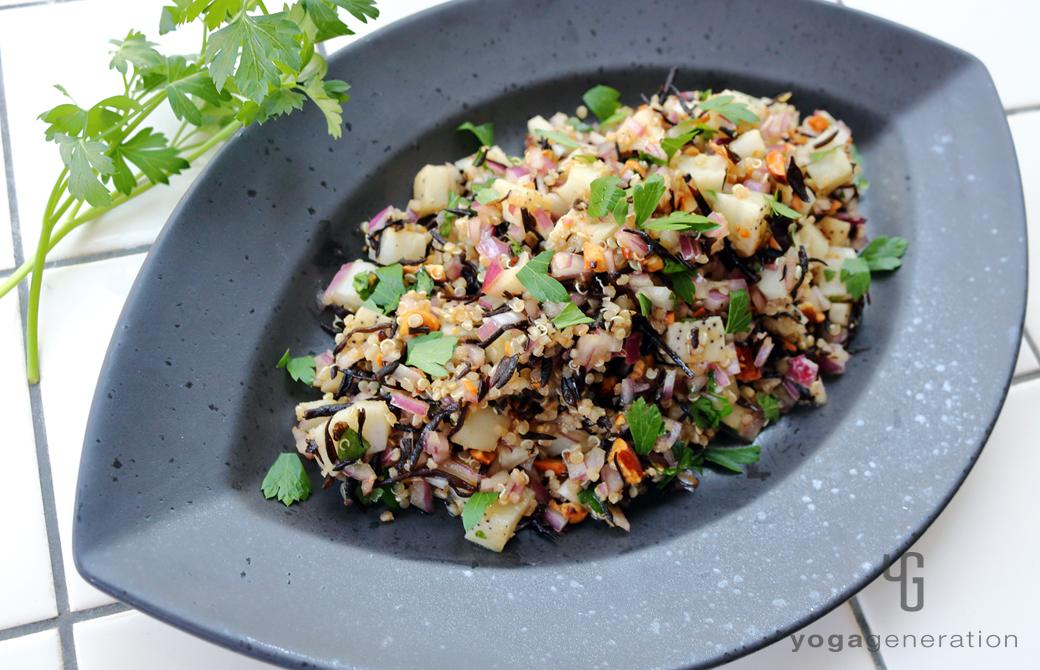 黒い器に盛りつけたレンコンとキヌア、ヒジキのスパイシー・スーパーフードサラダ