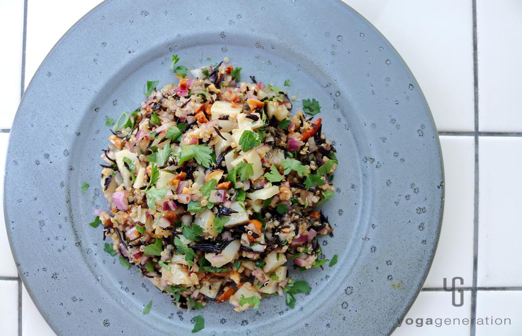 ブルーグレーの器に盛りつけたレンコンとキヌア、ヒジキのスパイシー・スーパーフードサラダ