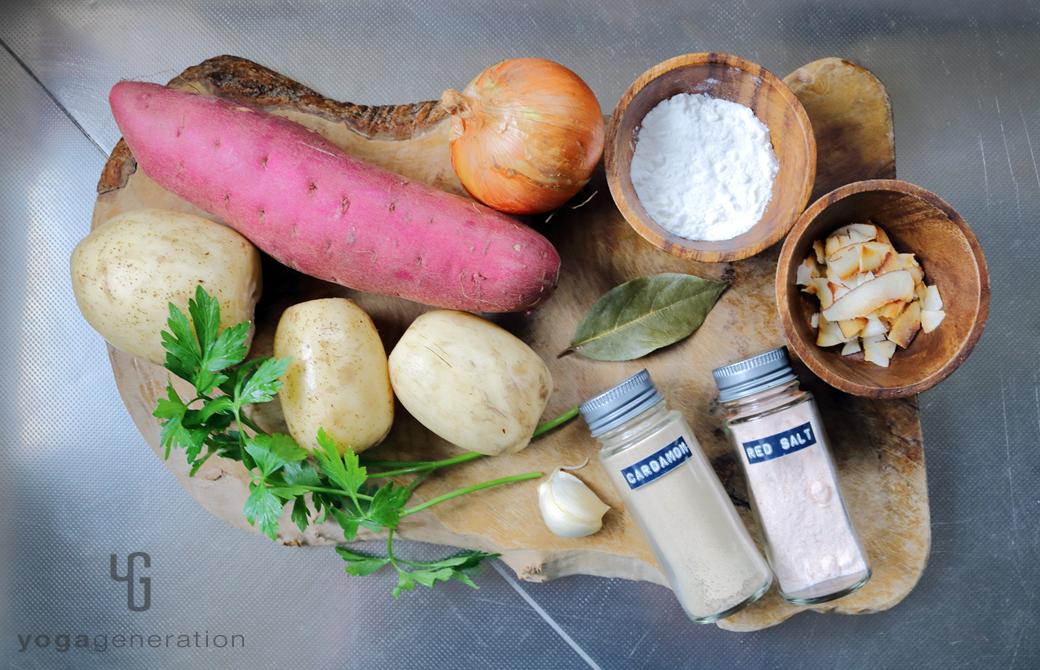 木製カットボードに乗ったレンコンやサツマイモなどの材料
