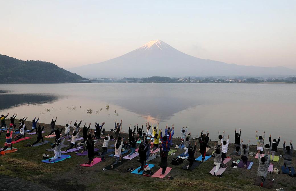 世界遺産yoga:河口湖で富士山を眺めながらの朝ヨガ風景