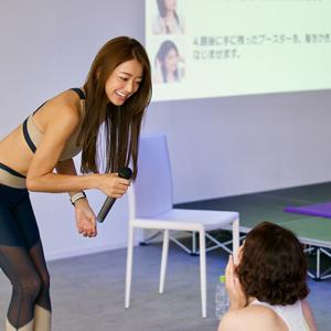 松本莉緒さんがステージ上でヨガインストラクションをしている