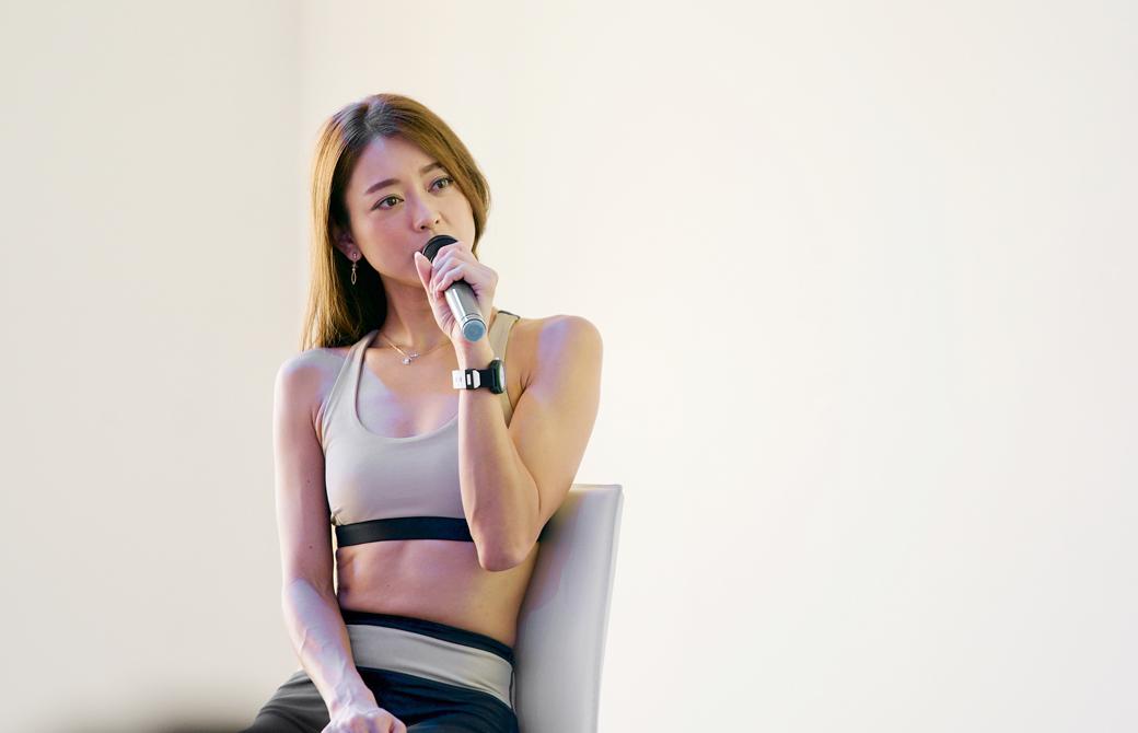 松本莉緒さんがイベントでマイクを持ってトークをしている