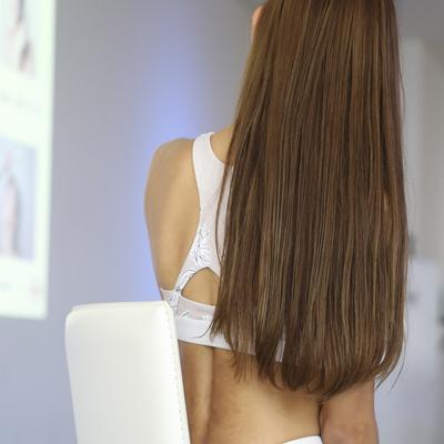 松本莉緒さんの後ろ姿と髪の毛