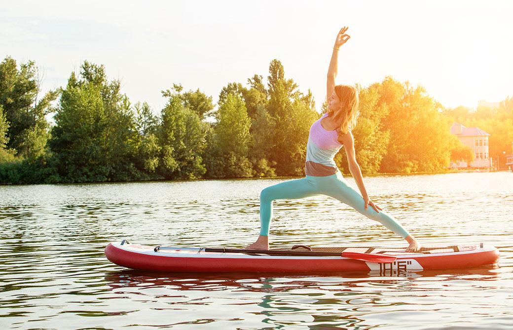 川の上でSUPYOGAをする女性の写真