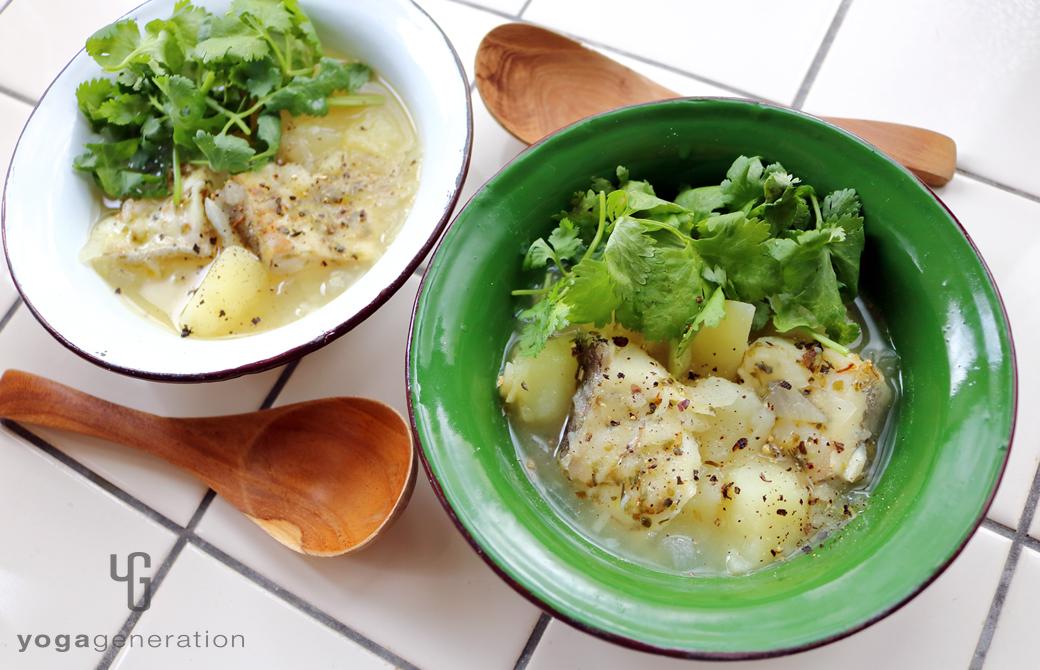 緑と白の器に盛りつけたハーブ香る♪ジャガイモとタラのクリーミィ・スープ
