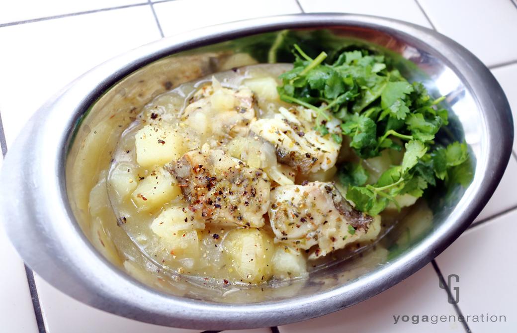 カレー皿に盛りつけたハーブ香る♪ジャガイモとタラのクリーミィ・スープ