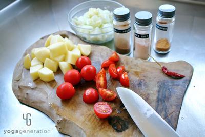 ジャガイモとトマトを切る