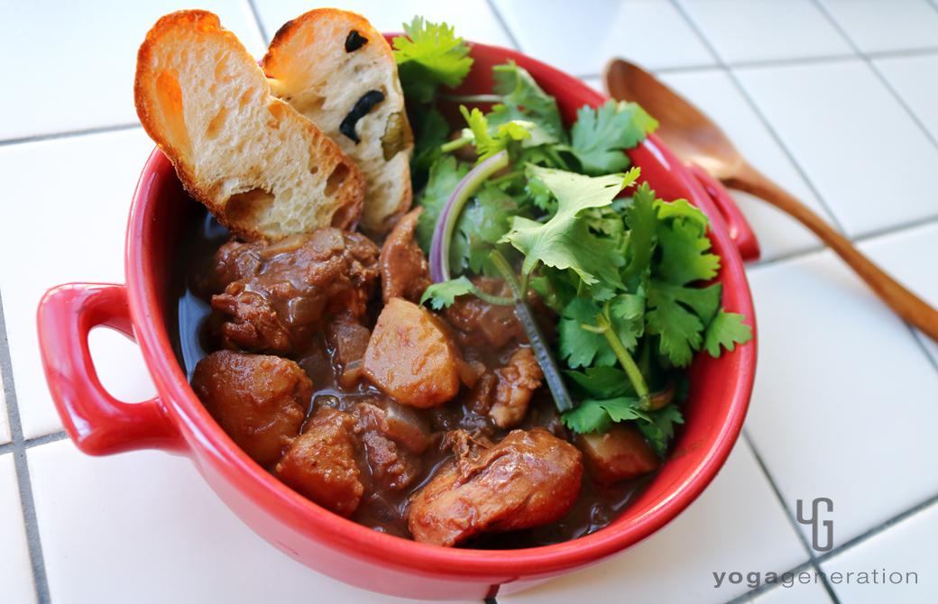 赤い器に盛りつけたジャガイモと鶏肉でメキシカン・スパイシー・チョコ・スープ