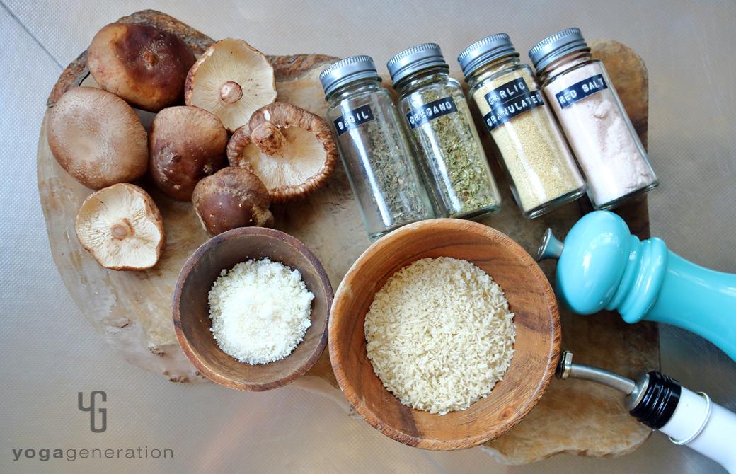 木製カットボードの上のシイタケやスパイスなどの材料