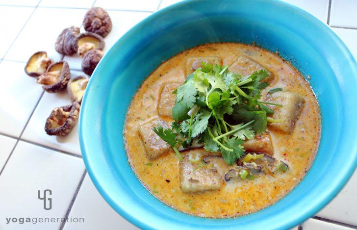 干しシイタケと揚げ高野豆腐のレッドカレー・スープ