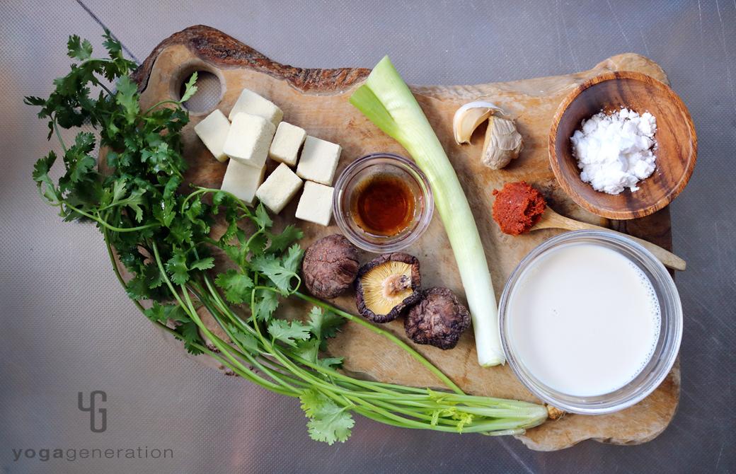 木製カットボードの上の高野豆腐や干しシイタケなどの材料