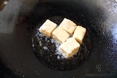 高野豆腐をココナッツオイルで揚げる