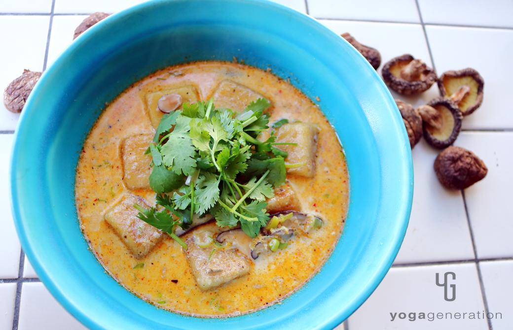 ターコイズの器に盛りつけた干しシイタケと揚げ高野豆腐のレッドカレー・スープ