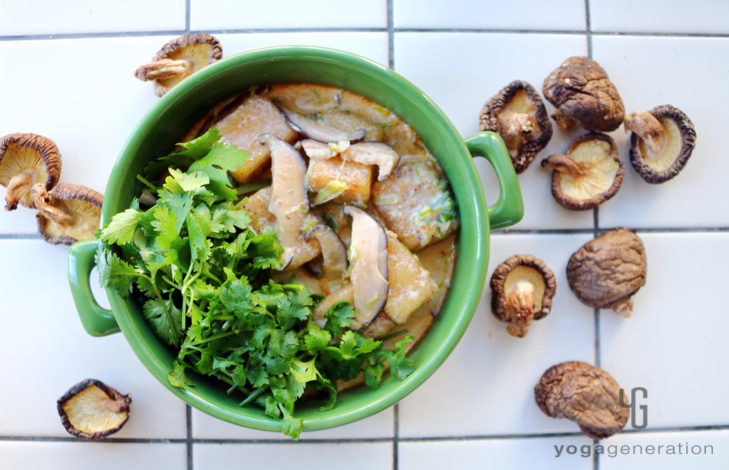 グリーンの器に盛りつけた干しシイタケと揚げ高野豆腐のレッドカレー・スープ