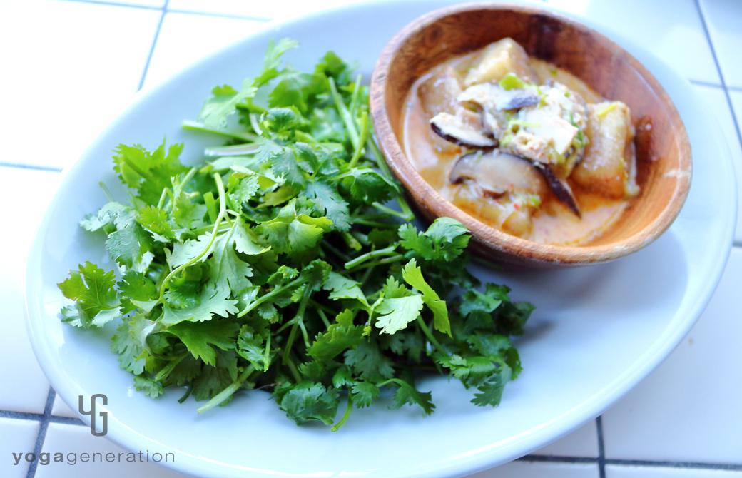 パクチーをたっぷり盛りつけた干しシイタケと揚げ高野豆腐のレッドカレー・スープ