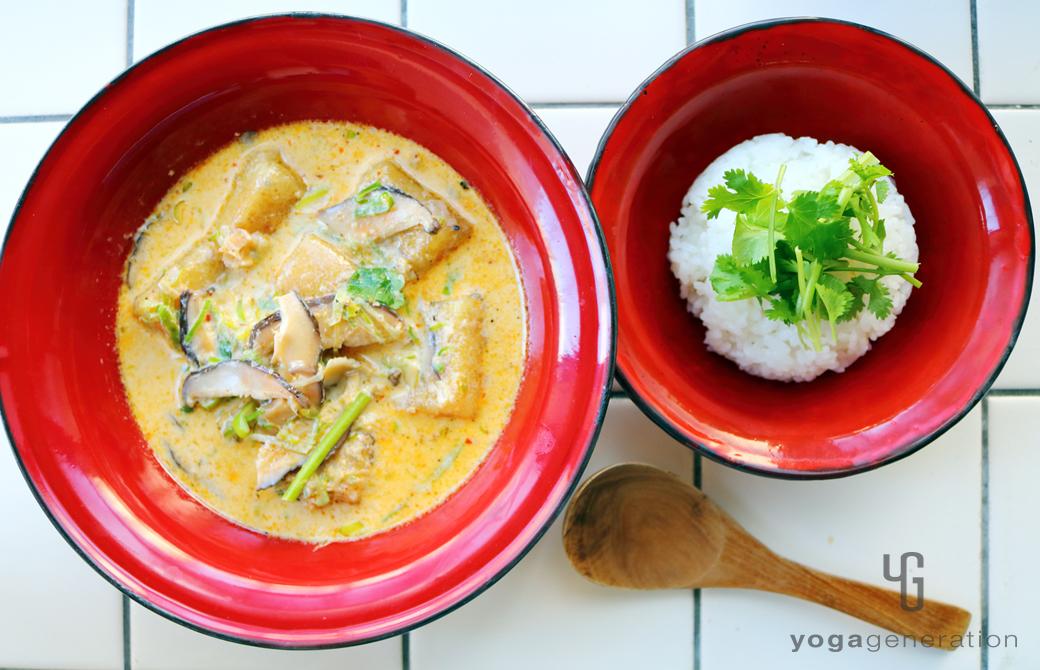 赤い器にご飯と盛りつけた干しシイタケと揚げ高野豆腐のレッドカレー・スープ