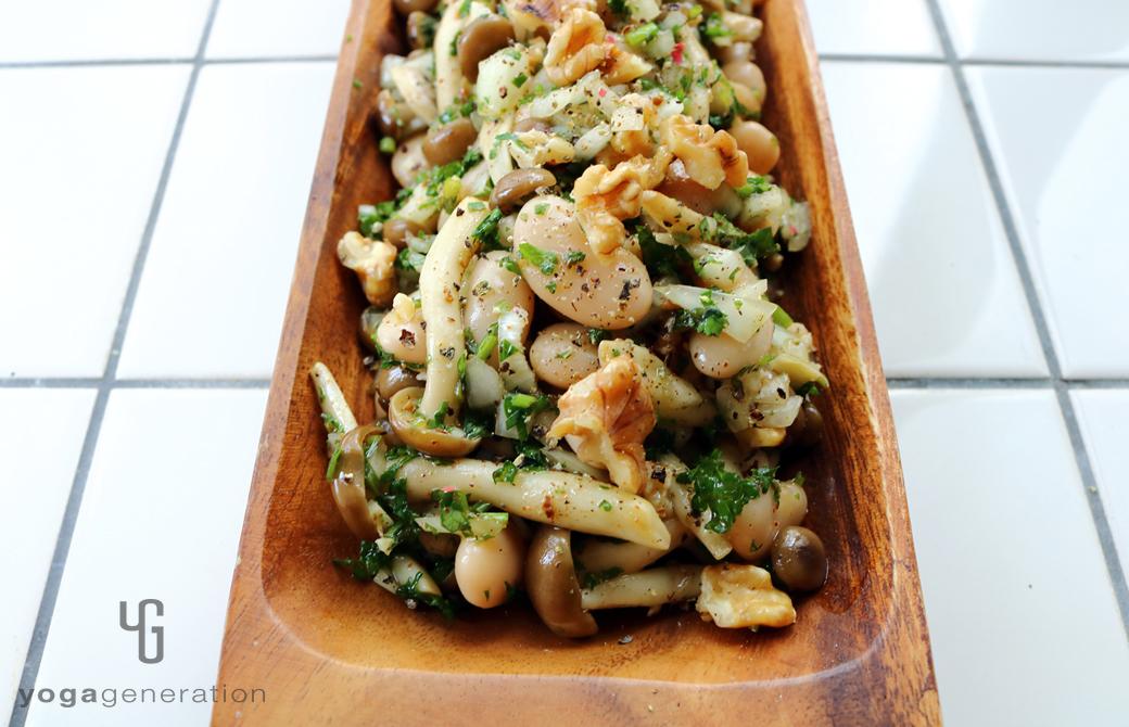 木製の器に盛りつけたシメジと白インゲン豆のハーブマリネ