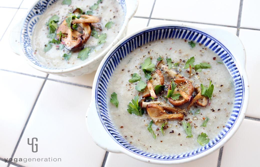 白と青の器に盛りつけたフェンネル香るいろいろキノコたちのクリーミィー・スープ
